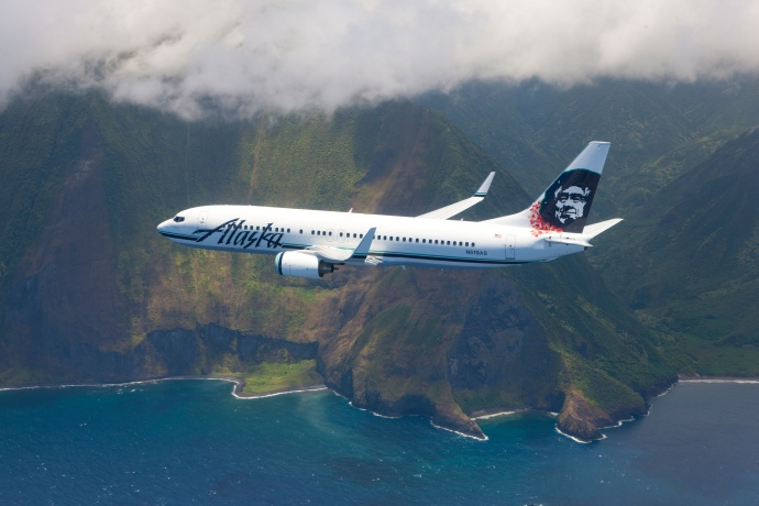 Alaska-Airlines-over-Molokai-cliffs